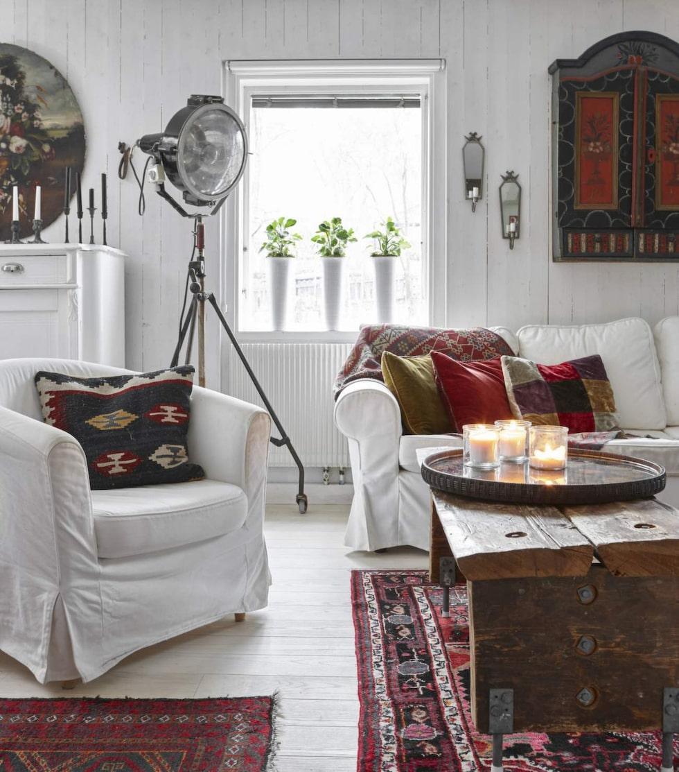 Soffbordet har René byggt av gamla, tjocka golvplank från Hälsingland. Filmlampan har han köpt vid en filminspelning och den tänds bara om det behövs extremt mycket ljus.