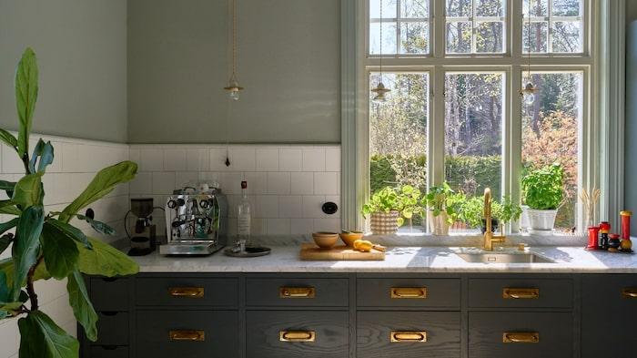 I köket är det stora spröjsade fönster.