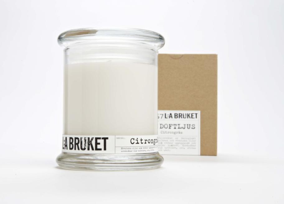 Avkoppling. Ett doftljus gör hemmet trevligare, tycker Brolle. Doftljus av vax med doft av citrongräs, 139 kronor, Lilla bruket.