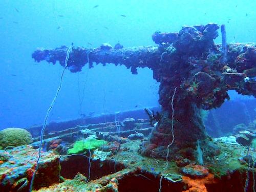 Vrakrester från en attack på den japanska flottan ligger i Chuuk Lagoon.