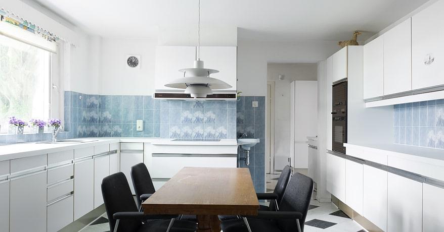 På nedre planet intill matsalen finns ett stort och funktionellt kök, serveringsrum med diskmaskin, en pigkammare, grovkök och egen ingång. Här finns också ett litet rum och nedgång till den lilla källaren, som består av förråd och pannrum.