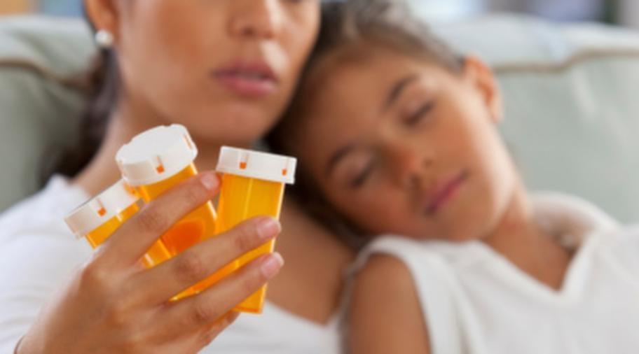 Barn och ungdomar får sömnmedlet Cirkadin, trots att det inte är godkänt av Läkemedelsverket. OBS: Personerna på bilden har ingenting med textens innehåll att göra.