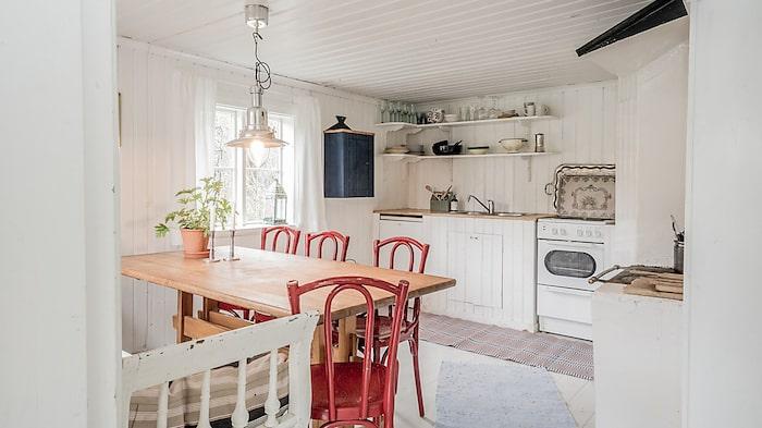 I köket finns plats för rymligt matbord.