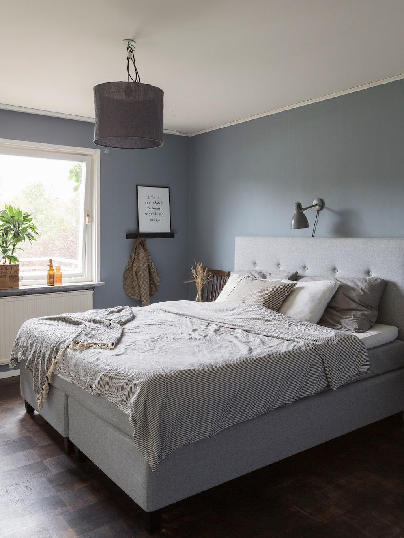 Fanny och Petters sovrum är inrett i en ljus grå ton. Möbler och lampor är köpta second hand.