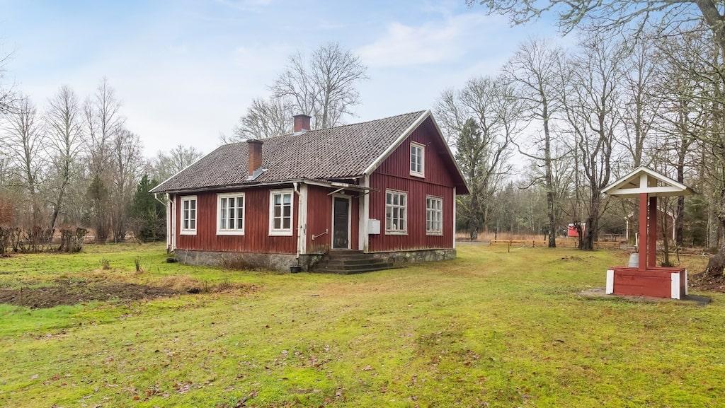 """Huset är inte k-märkt men finns omnämnd i kulturmiljöprogrammet för Yxkullsund, där man skriver att """"tillbyggnader, ombyggnader och andra ändringar av torp- och gårdsmiljöernas småhusbebyggelse som påverkar bebyggelsens kulturhistoriska värde eller karaktär bör undvikas."""""""