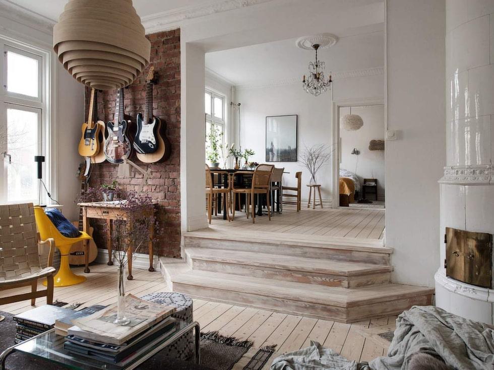Ljusa, luftiga rum i fil med en charmig trapp till det försänkta vardagsrummet.