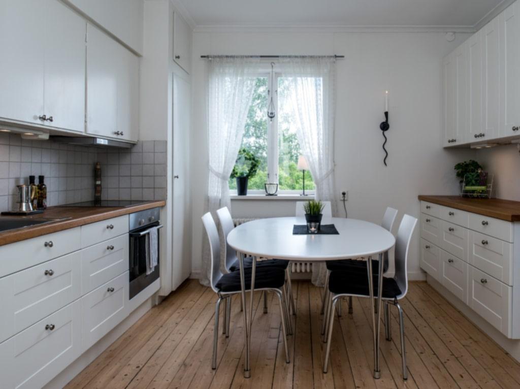 <p>Det andra köket i huset går i lantlig vit stil.<br></p>