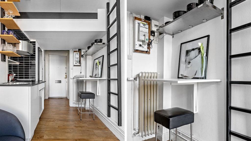 En stege på väggen gör det enkelt att att sig upp till sovloftet. Det lilla matbordet kan med fördel användas som arbetsbord också.
