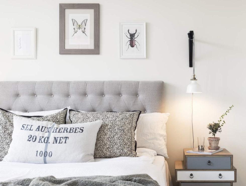 Mysigt och ombonat sovrum. Säng, Carpe Diem, sänggavel, Furniturebox, lampa, Ikea, klädställning, Granit. Nattlinne, sängkläder och filt från Beach house company. Sängbord från Åhléns.