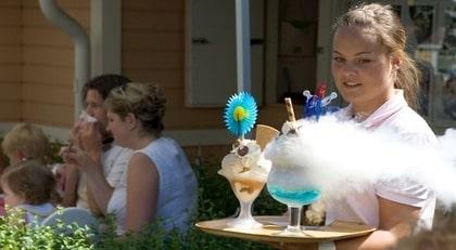 En rykande kall Vesuvius på väg. Res har testat tio glassrestauranger, där Smultronstället i Söderköping är ett.