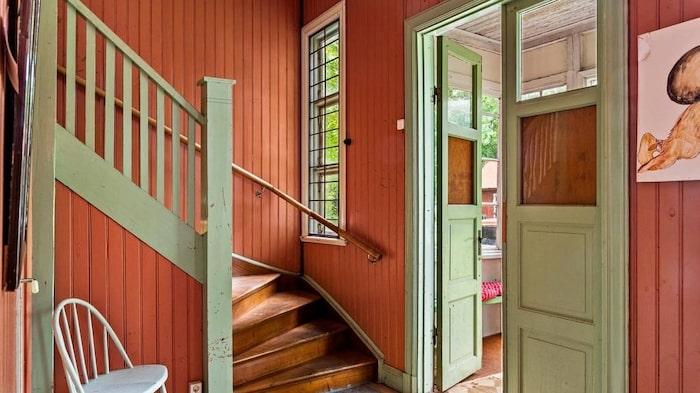 Trappen upp till lägenheterna. Numera är det öppet in till skolsalarna från hallen.