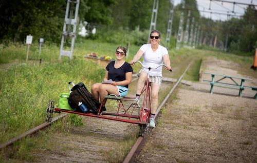 Katarina Granström och dottern Moa cyklar dressin på Dellenbanan, en populär aktivitet runt Hudiksvall.
