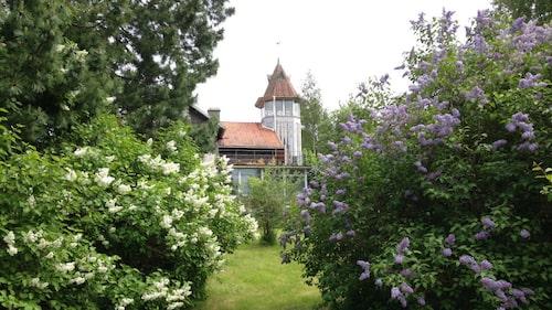 Huset omringas av en lummig trädgård på 6 392 kvadratmeter.