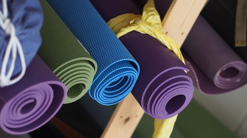En yogamatta är en bra och billig investering.