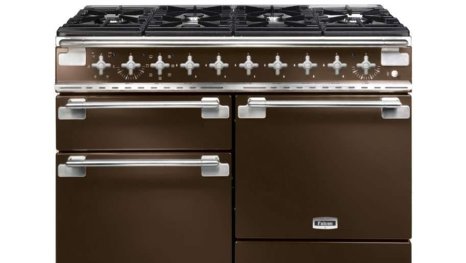 4 Planera köketFundera på hur ni rör er i köket. Planera in hur de olika stationerna som kyl, frys, skafferi, vatten och spis ska placeras i förhållande till varandra. Se till att det finns fria avställningsytor runt spis och diskbänk. Spis Falcon Elise har två ugnar och sex gasbrännare, 43400 kronor, Kaptensgården.
