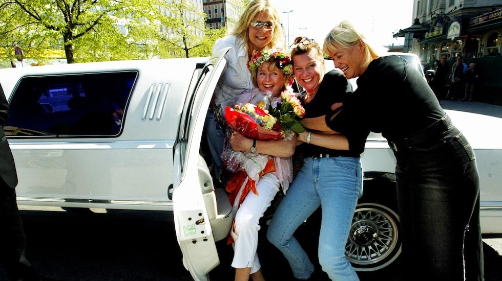 2002 fyllde Kikki Danielsson 50 år. Här firas hon av Elisabeth Andeassen, Lotta Engberg och Christina Nyberg.