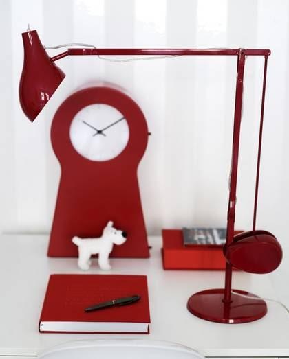 Röd arbetsplats. Bordslampa Newton i lackad aluminium, höjd 61 centimeter, 1 650 kronor, Room. Gästbok, 395 kronor, förvaringsbox, 335 kronor, allt från Bookbinders Design. Klocka, 299 kronor, bord Melltorp, 345 kronor, båda från Ikea. Milouhund privat.