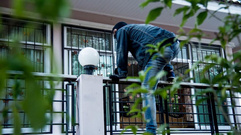 Det är inte alltid tjuvarna tar sig in genom ytterdörren, även om det kan tyckas vara den vi är allra bäst på att säkra.