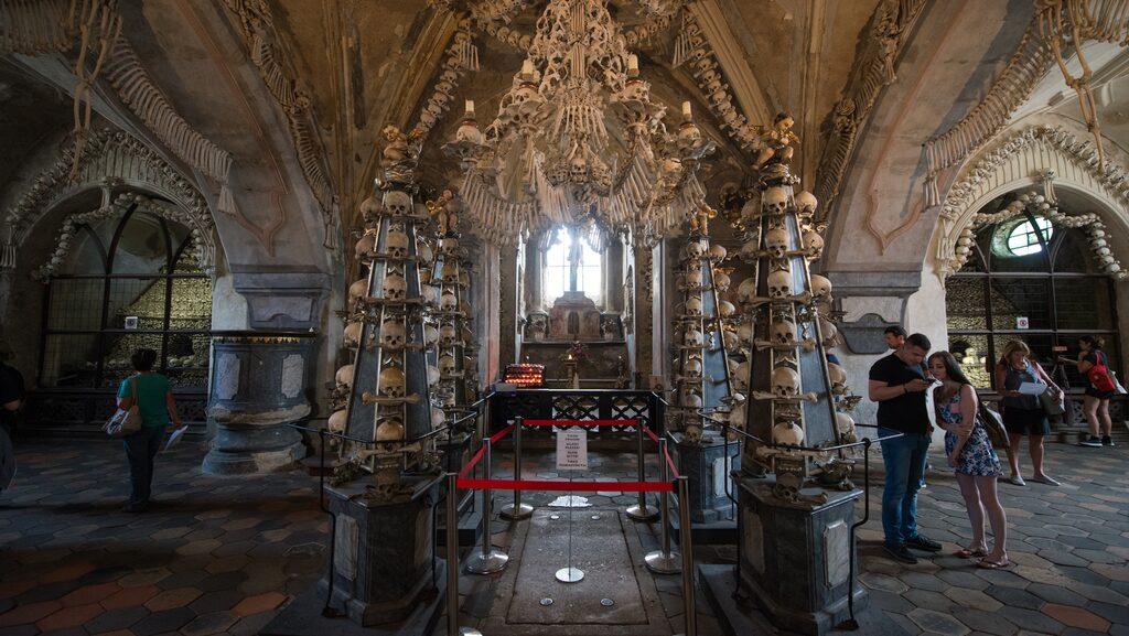 Kyrkan i Kutna Hora i Tjeckien är dekorerat med skelett från 40 000 pestoffer.