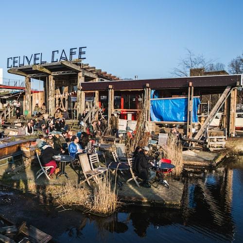 På Café de Ceuvel råder en urban hippiekänsla.