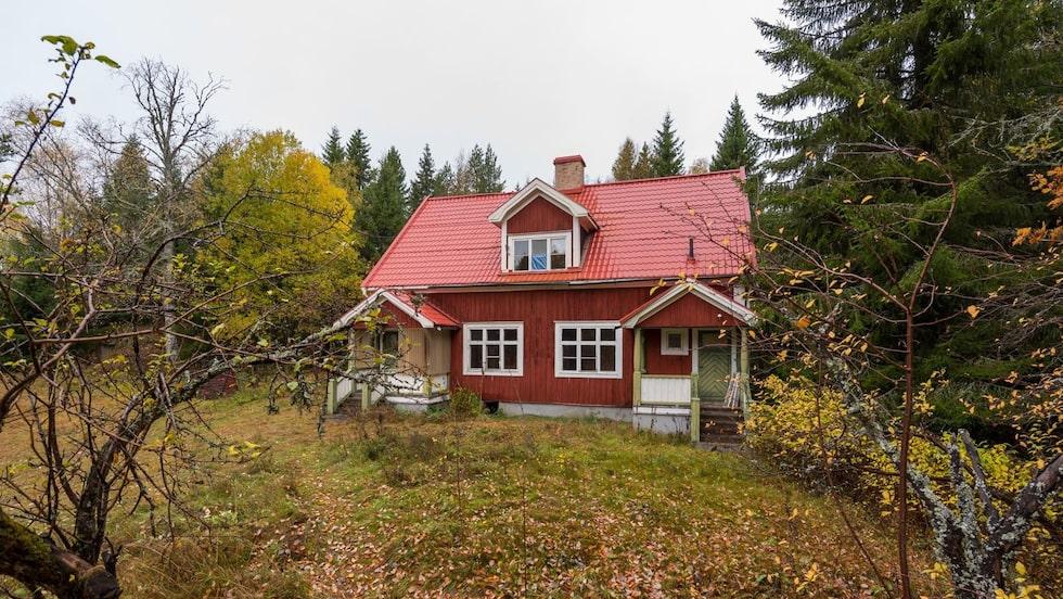 Tillsammans med det här 40-talshuset på fastigheten intill är det gamla skolhuset nu till salu för 99 000 kronor.