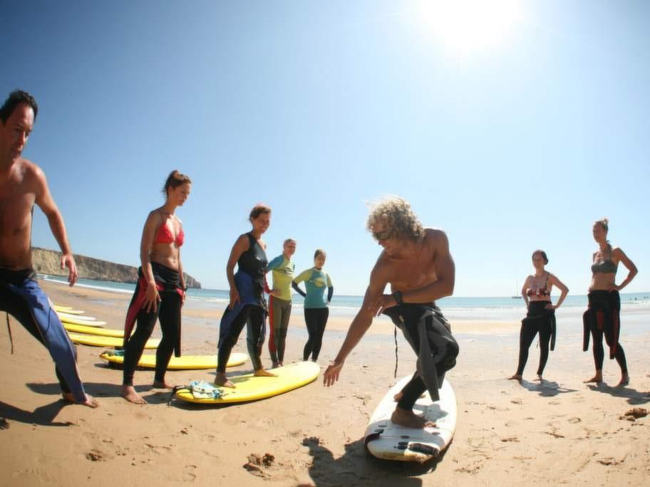 Yoga och surf vid Algarvekusten.