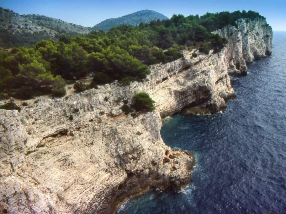 Nationalparken Kornati består av ett kluster av öar som utgör en egen del av den kroatiska övärlden.