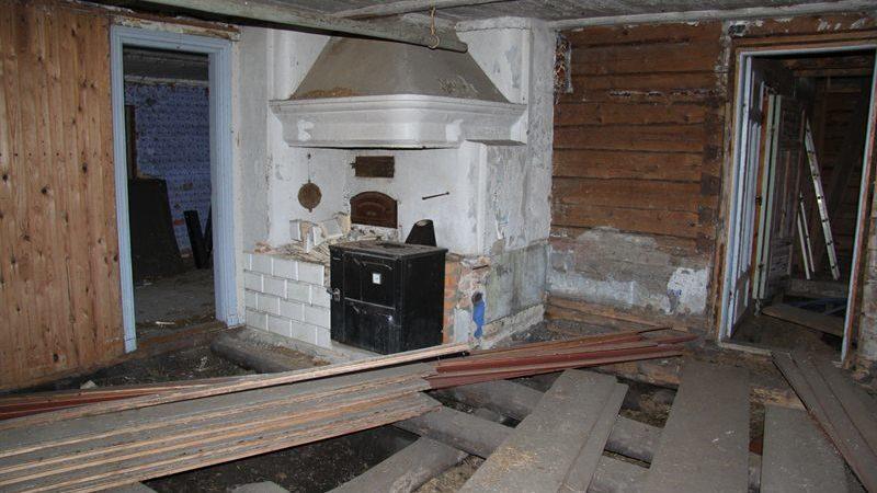 Golvet är uppbrutet, men den gamla öppna spisen är fortfarande vacker.