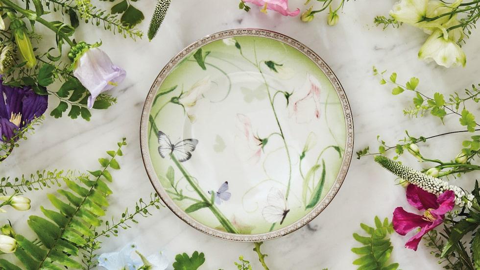 Royal Garden består av bröd- och kuverttallrik samt en nätt skål med lock. Dessa har prytts med klättrande luktärter i blek pastell och nordiska fjärilar mot mjukt lindblomsgrön tonad botten. Motiv som hämtade ur en förtrollad slottsträdgård.