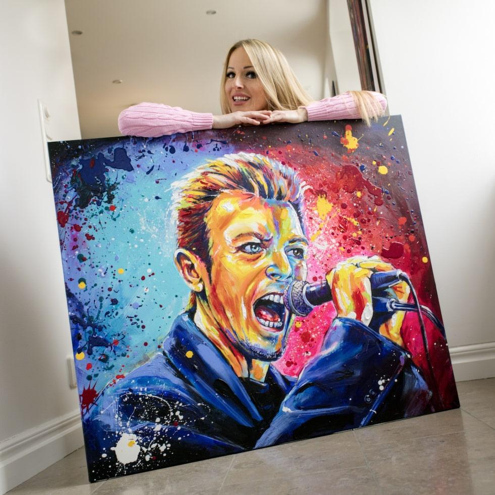 Konstnären Marie Plosjö målar David Bowie exklusivt för LEVA&BO. Upplagan är begränsad till 300 numrerade och signerade exemplar. Klicka på plusset i bilden för att handla hos LEVA&BO.