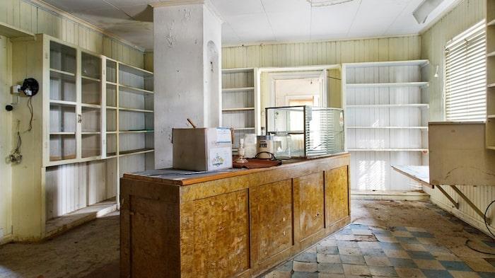 Här var det butik från 1920- till 1970-talet, vilket det fortfarande finns spår av.