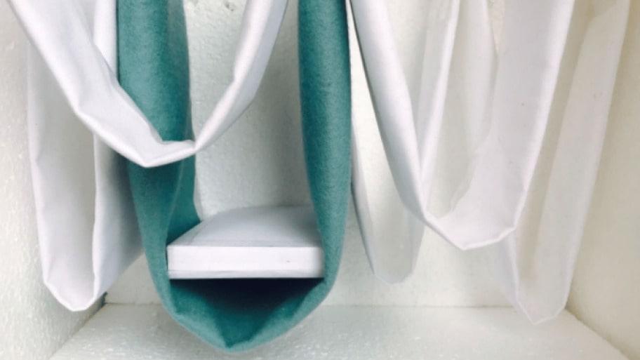 """I """"Hang In There"""" sover du i en svävande installation av Marjolein Vonk och Maurizio Perron."""