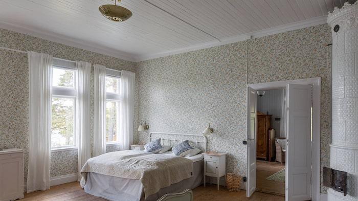 Kakelugnar finns det gott om i den stora villan. Här i ett av väldigt många sovrum.