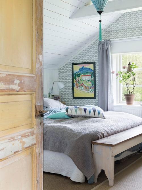 Det var en fantastisk känsla när övervåningen äntligen var klar och Linda kunde flytta in i sitt sovrum. Sittbänk från Norskskola 1910. Målning Kavaljerena av Ärling Erlingsson.