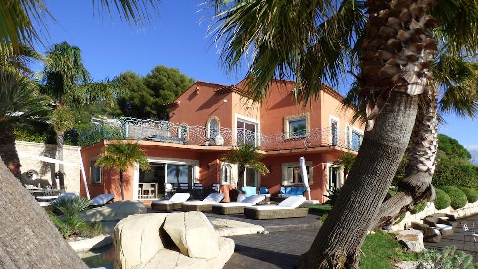 Villa, som ligger i Carqueiranne, Frankrike,är blägen precis vid havet och bjuder på en minst sagt privilegierad tillvaro.