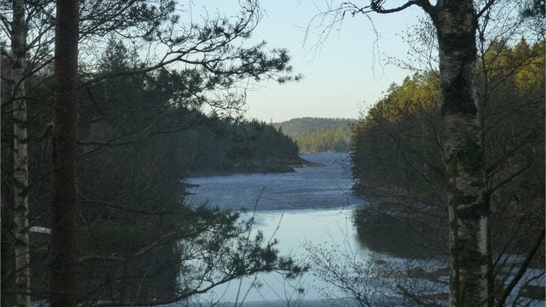 Endast 100 meter från stugan ligger den vackra sjön Stora Le som man nästan kan se från tomten.