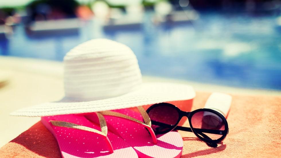 Förutom att smörja in sig med solkräm är det viktigt att skydda sig mot solen med kläder, hatt och parasoll.