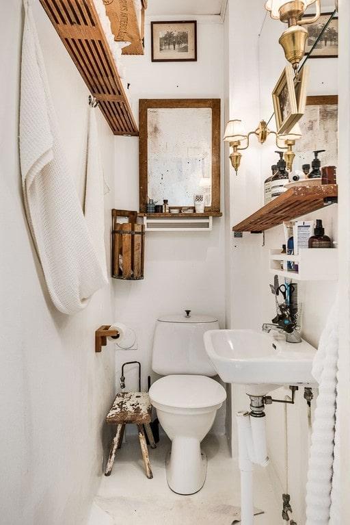Härligt inredd toalett i gästhuset.