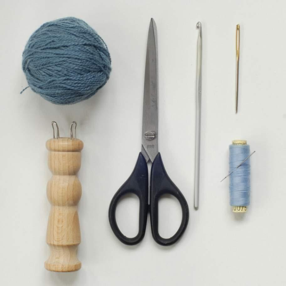 Du behöver:<br>påtdocka, finns i hobbyaffären * virknål, max storlek 4 * garner i olika färger * stoppnål * sytråd och nål * sax