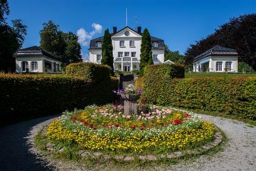 Baldersnäs herrgård i Dalsland ståtar med vackra trädgårdar och avundsvärt läge vid Laxsjön.