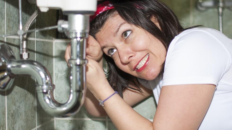 Den bästa metoden för att rengöra vattenlåset är att skruva isär det och göra rent delarna var och en för sig.