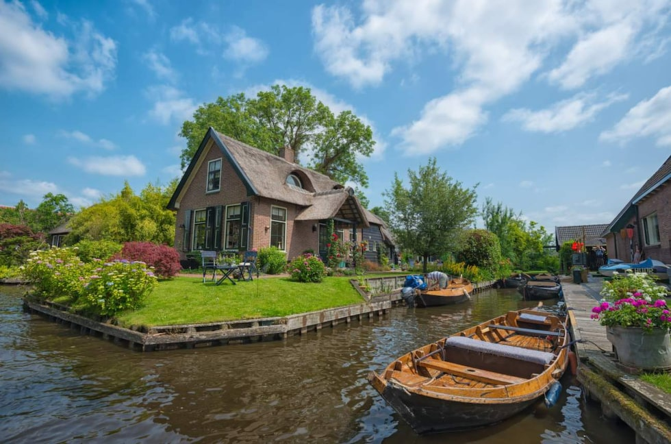 Den lilla staden Giethoorn i Nederländerna har bara 2 600 invånare.