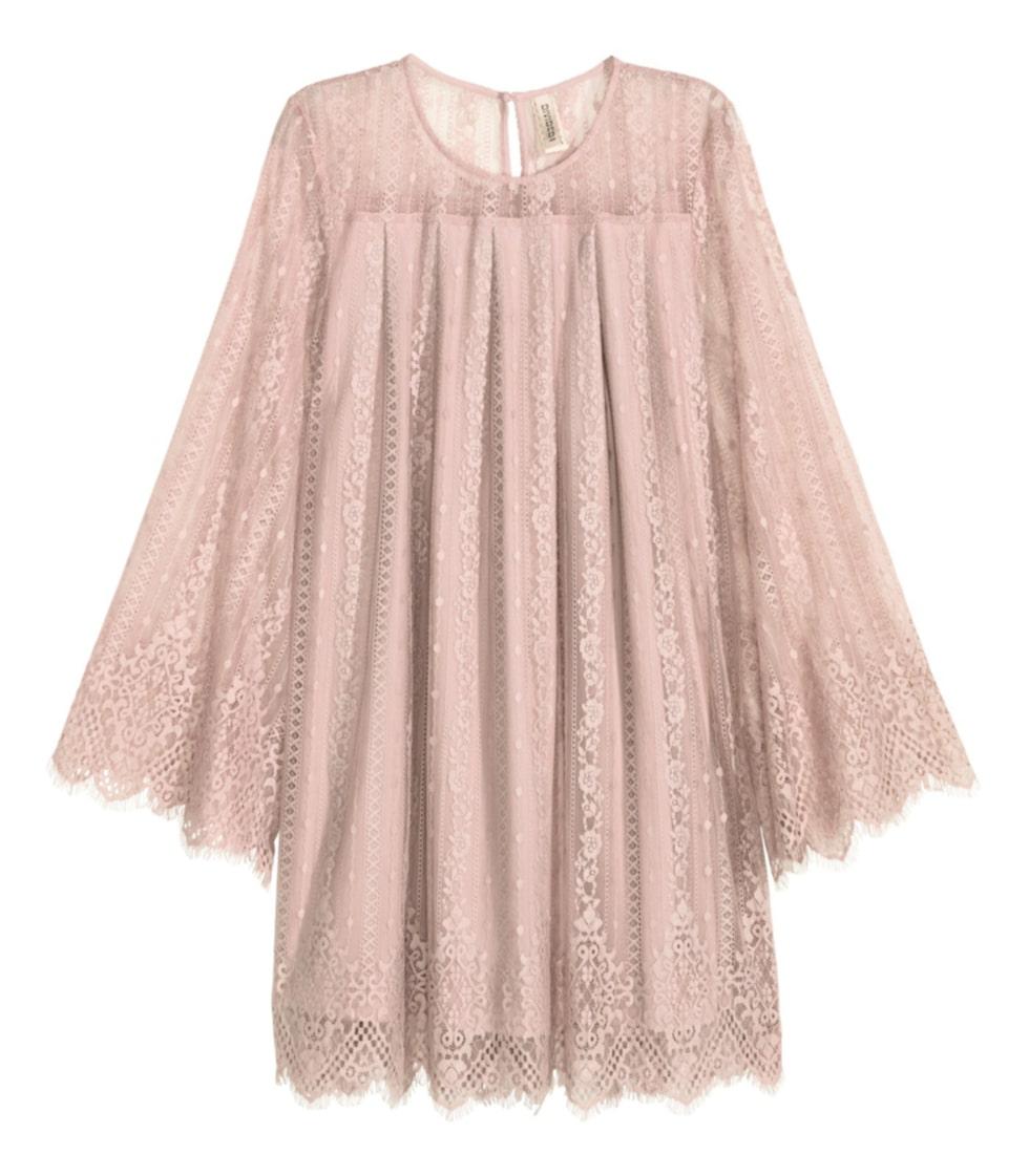 Döljande veck. En kort, a-linje skuren klänning i spets med lagda veck som effektivt döljer. Klänningen har lång trumpetärm och öppning med knapp i nacken. 399 kronor, Hm.com.