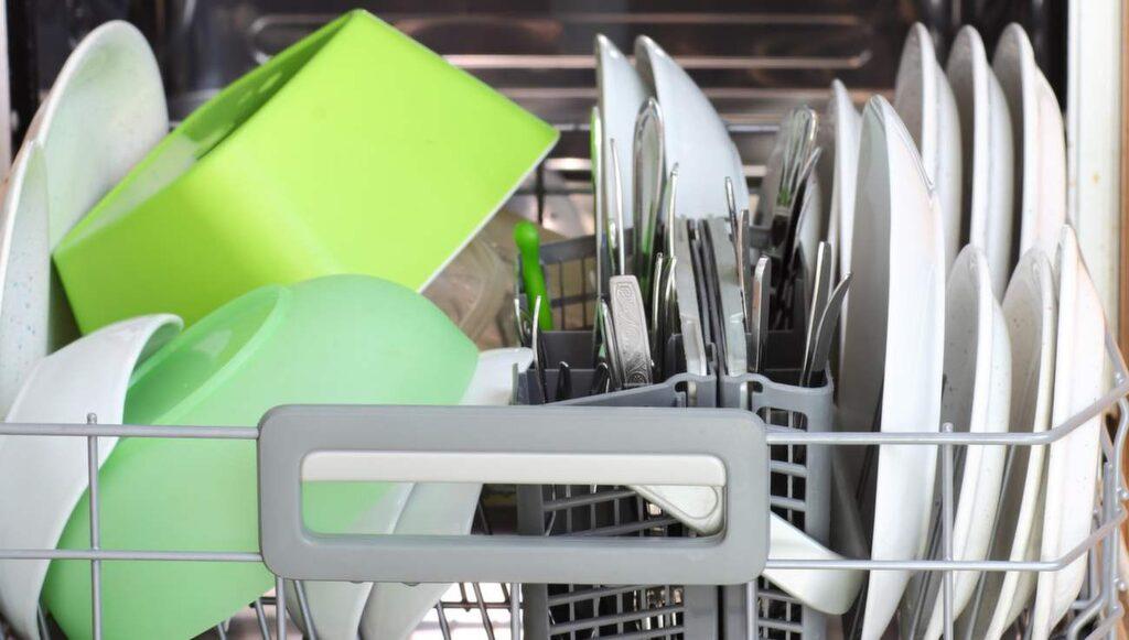 Fyra gånger per år är det bra att städa diskmaskinen. Smuts och kalkavlagringar bildas nämligen, och så kan det börjar lukta illa.
