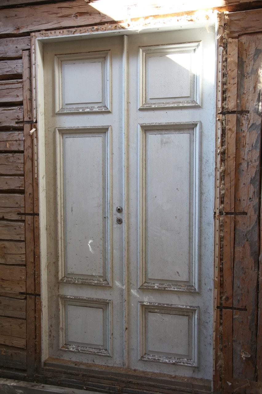 En av flera gamla och vackra spegeldörrar som också är bevarade.