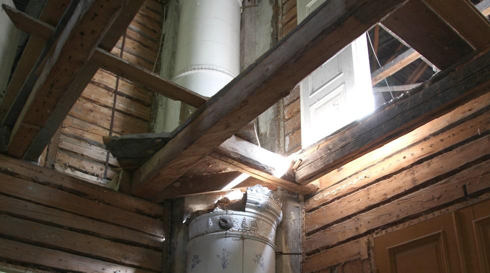 Fyra kakelugnar är väl bevarade. Här ser vi två av dem då golv och tak är borta.