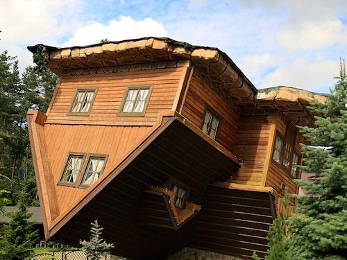 Det lite tokiga huset lockar besökare till den polska staden.