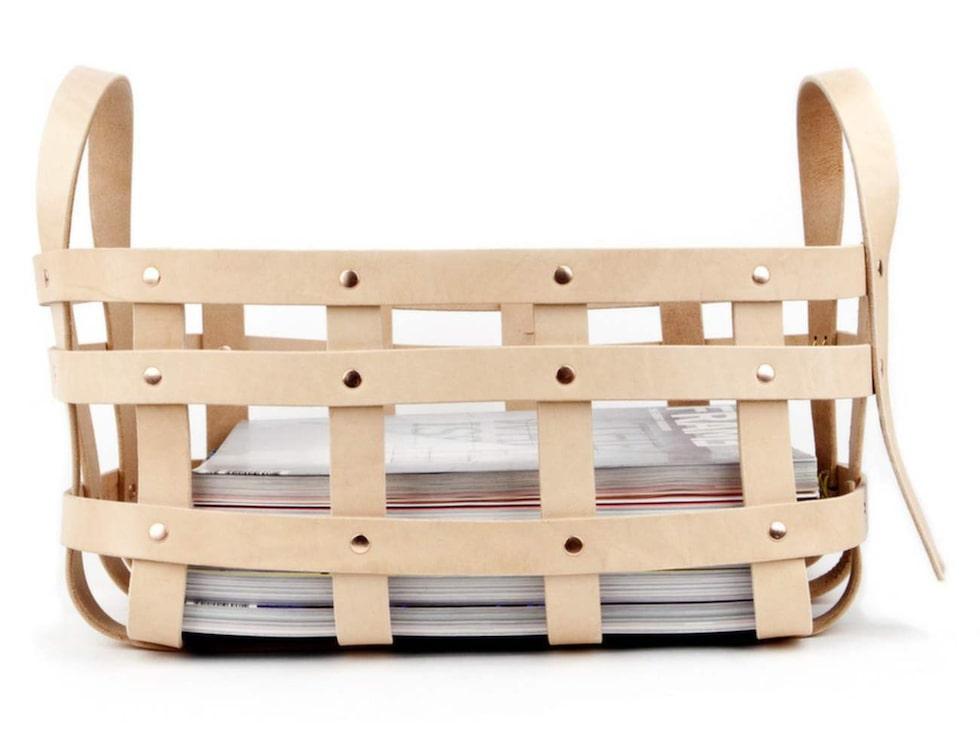 Fint i läder. Korg av läderremmar, 43x28x28 centimeter, 2 290 kronor, Trendsisters.se.