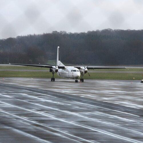 Lämna ruskvädret från en av Sveriges mindre flygplatser.