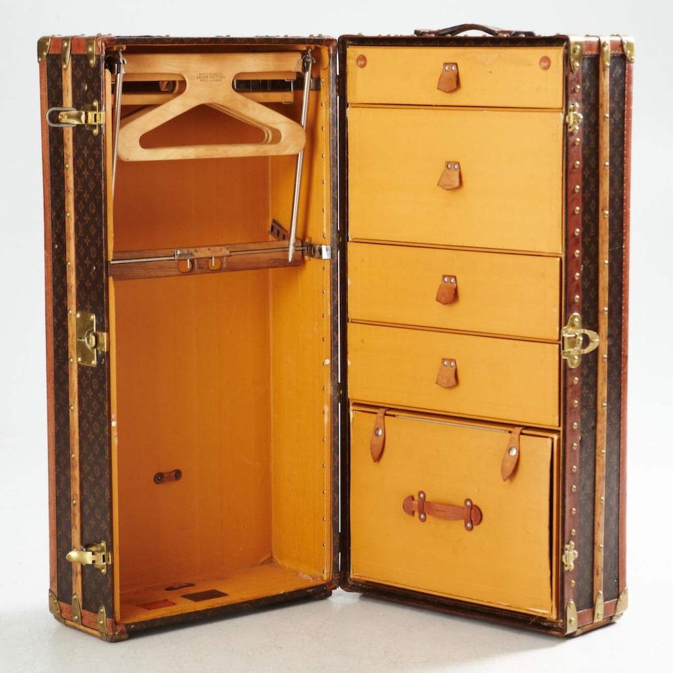 Koffertarna kunde vara stora som nutida garderober med plats för både hängande och liggande kläder.